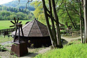 Rekonstrukcja wiatraka z kieratem; zadaszony labirynt z bali drewnianych, zdj. B. Zasowska