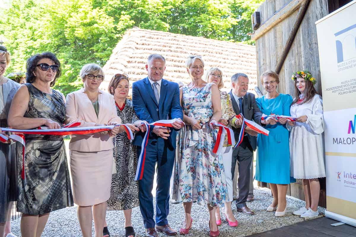 Szymbark - otwarcie pawilonu wystawienniczego z ekspozycją ludowych strojów pogranicza Polski i Słowacji